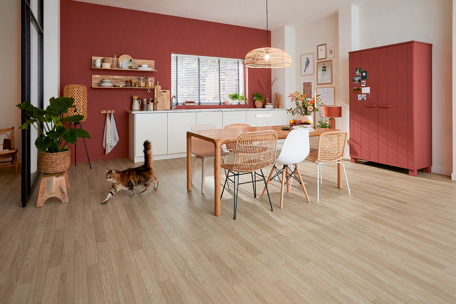 Novilon/5822_BELLA_CASTANEA_LIGHT_CHESTNUT_KITCHEN_SFEER_MODEL.jpg