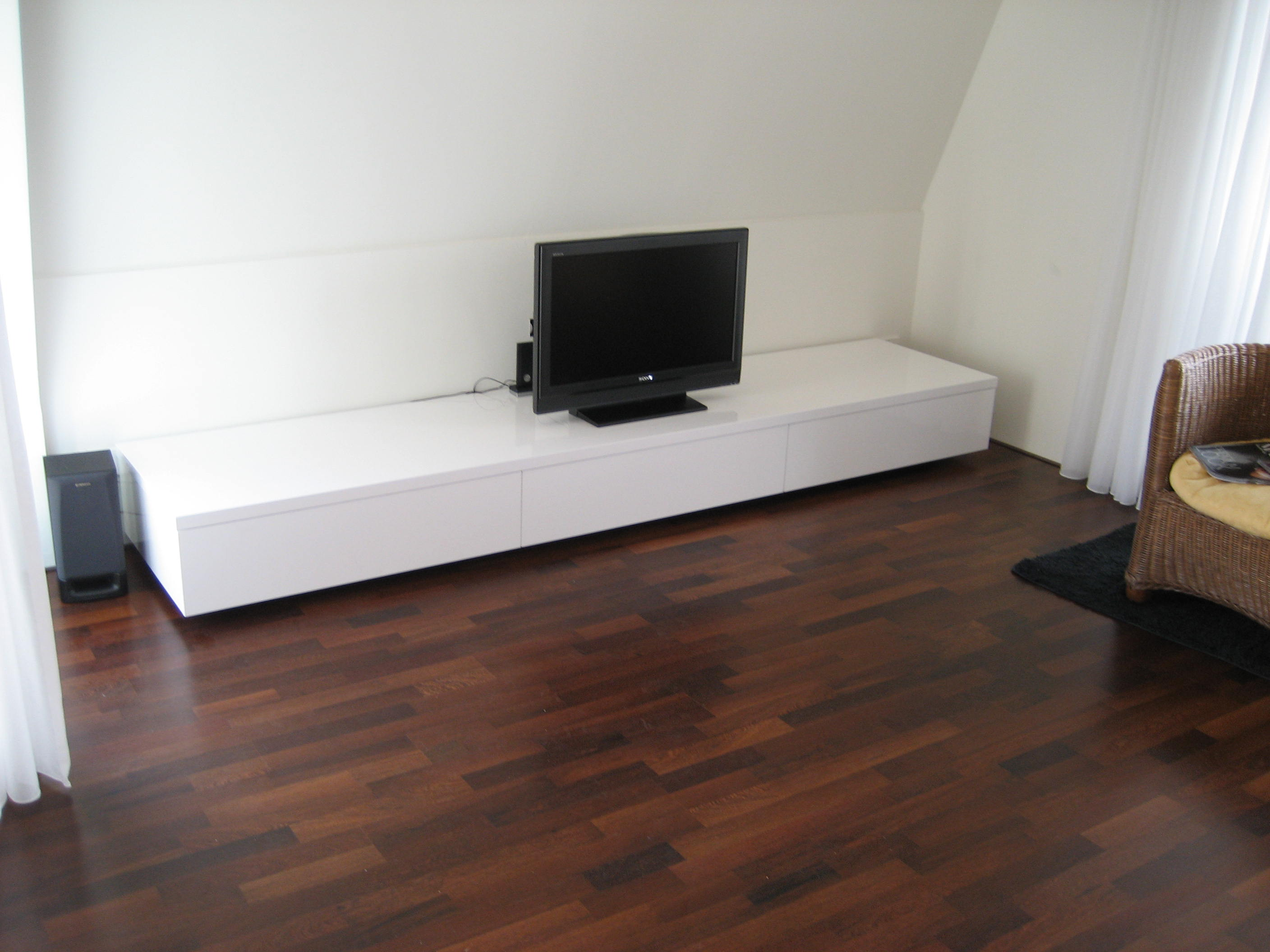 lowboard ikea ber ideen zu lowboard ikea auf tv wand im raum wei und lowboard hifi forum. Black Bedroom Furniture Sets. Home Design Ideas